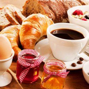 Frühstück Croissants Cafe und Eier